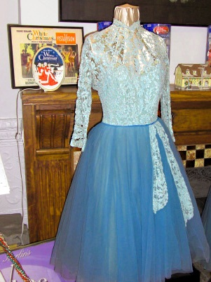 white-christmas-blue-sisters-dresses-in-museum-today