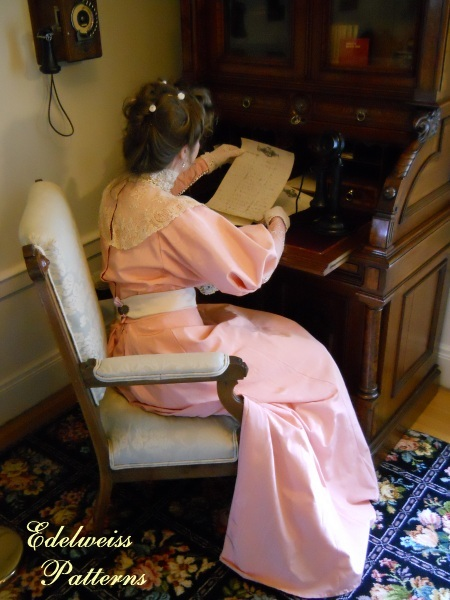 victorian-lady-at-her-desk