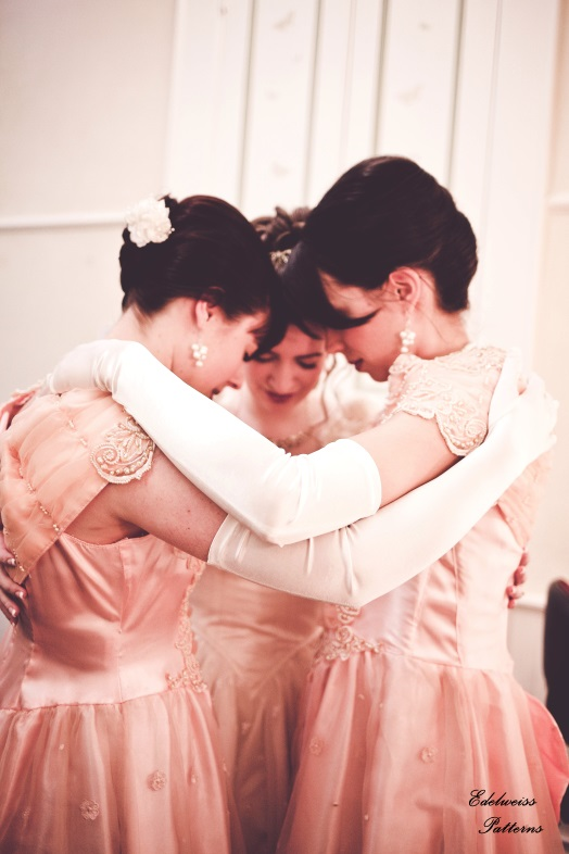 bride-bridesmaids-praying
