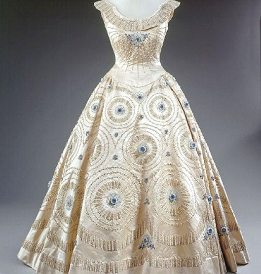 norman-hartnell-queen's dress