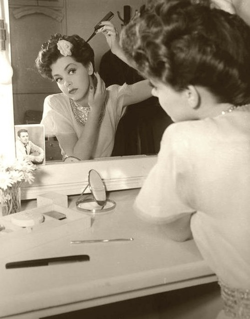 vintage-lady-doing-makeup