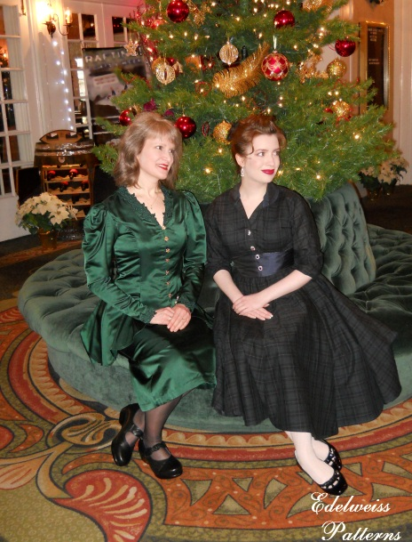 mother-daughter-christmas-outfits